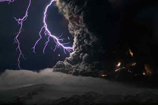 Ash and lightning above an Eyjafjallajökull volcano